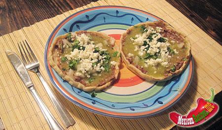 A plate with memelas Verdes
