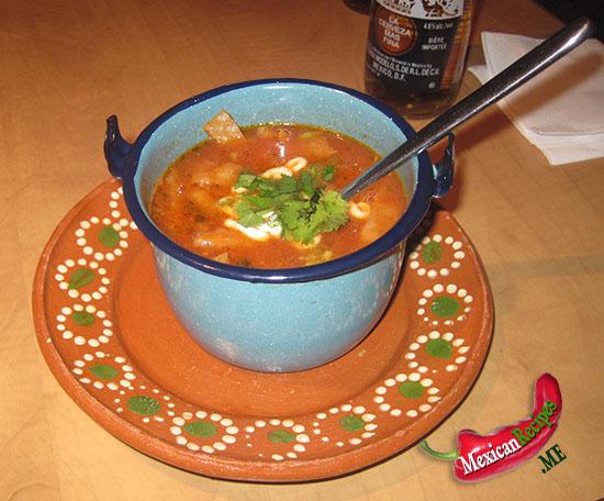Un bol de soupe de tortilla